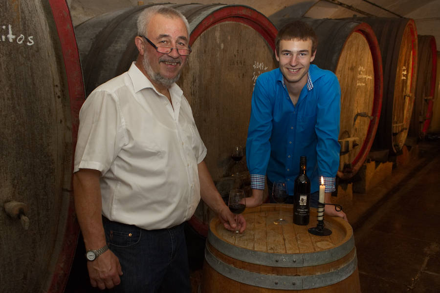 Zwei Winzer mit Leidenschaft: Karlheinz Roth mit Sohn Nicolas im Weinkeller
