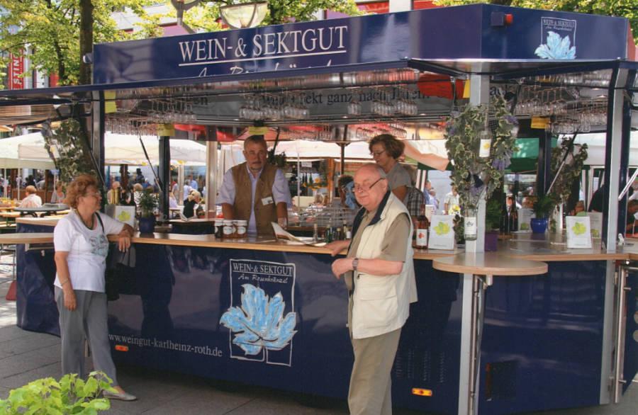 Mit einem Weinprobierstand quer durch Deutschland on Tour.