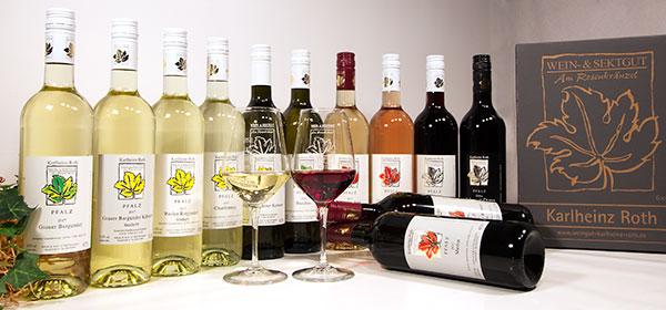 Zwölf Flaschen Wein aus einer großen Vielfalt.